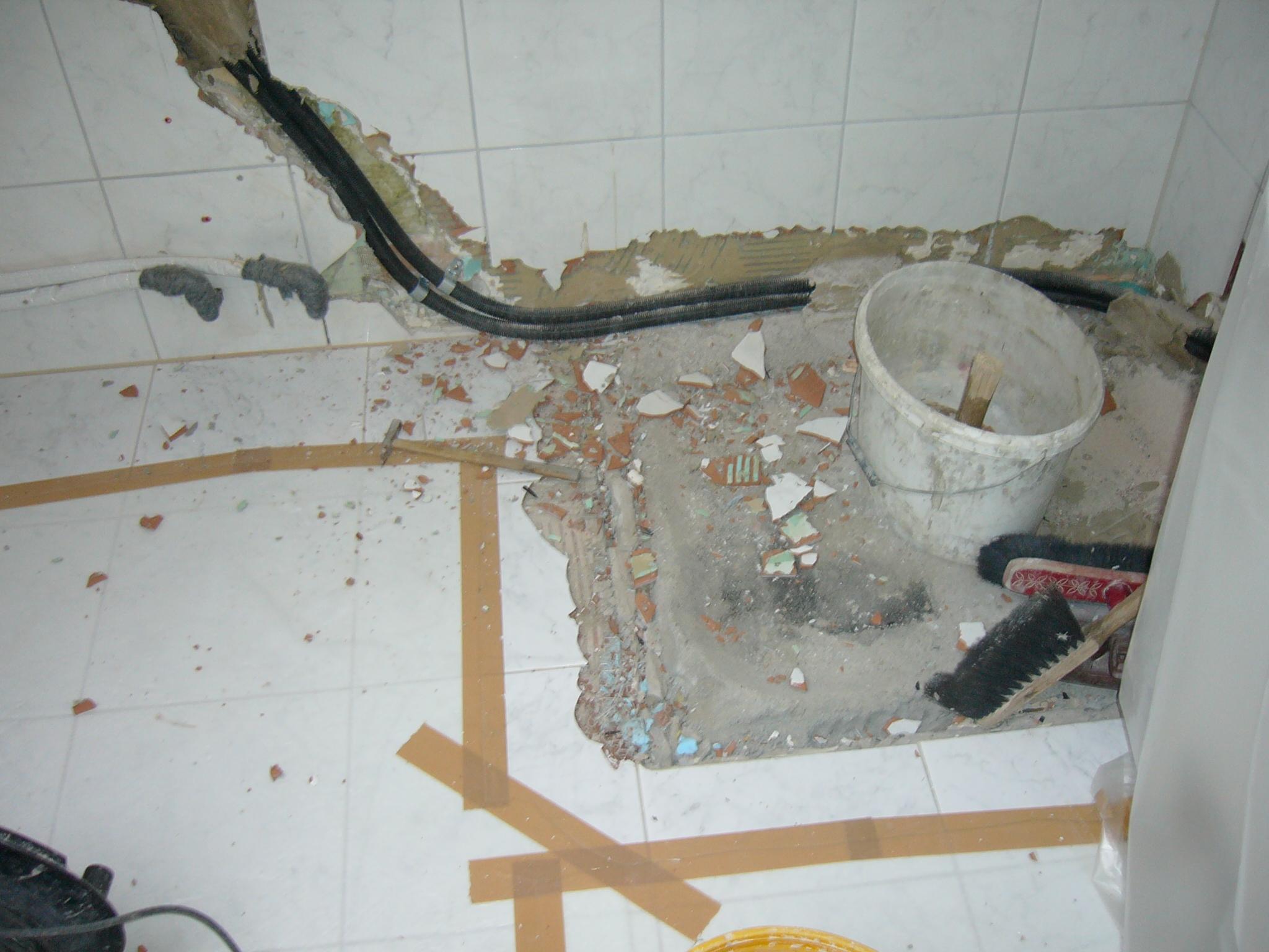 Wasserschaden: Sanierung Badezimmer - Plattenleger Plamenig